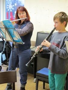 Musik trotz tobender Kinder musste einfach sein: Gwen Mayer mit Simon Schönhöffer