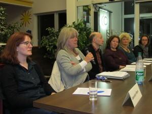Die Teilnehmerinnen im Gespräch (von re n. li): G. Klemm, Cl. Pilger, T. Besant-Appel, P. Schönhöffer (Moderation), E. Mondorf-Dewein und G. Mayer (Co-Moderation)