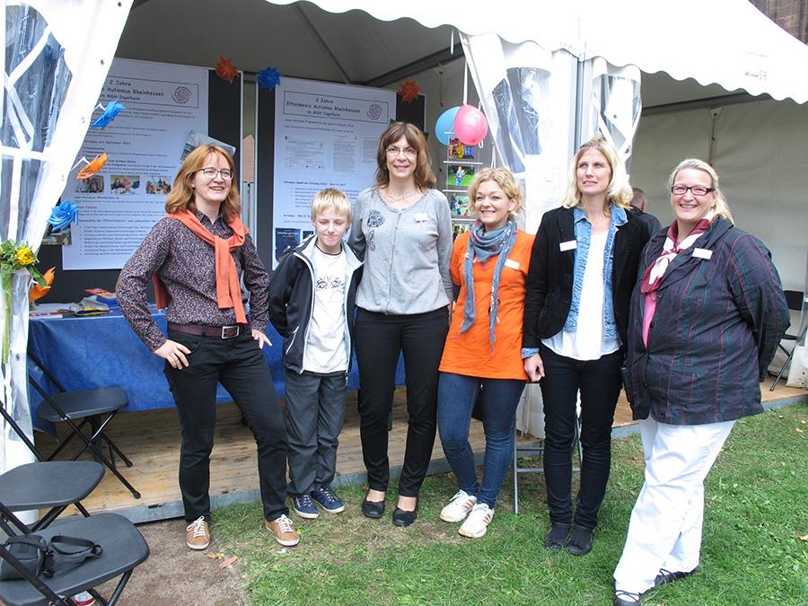 Die ganze Truppe vor dem Stand: Angelika, Delphine, Anna, Susanne, Maximilian und Gwen (von re. nach li.)